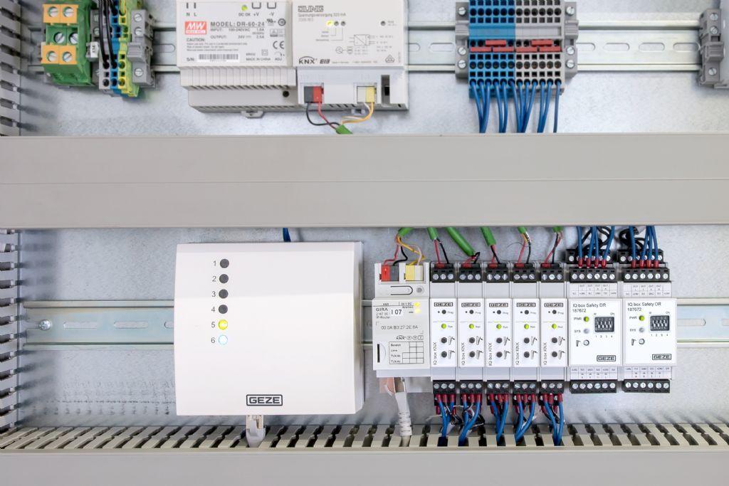 IQ-Box Safety permet de sécuriser les fenêtres à commande électrique jusqu'à la classe de protection 4.