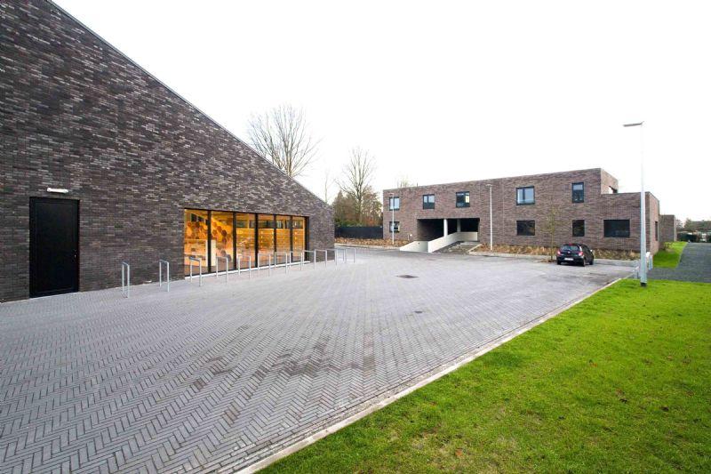 Het bibliotheekgebouw is bedacht als versterking van de lokale bebouwde omgeving en als re-interpretatie ervan.