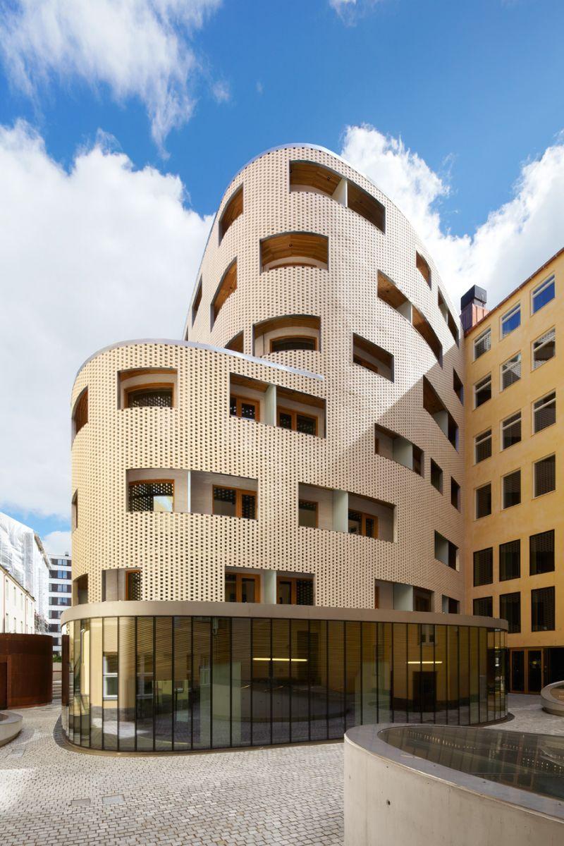 De architecten werkten hier met op maat gemaakte ivoorkleurige gevelbakstenen.