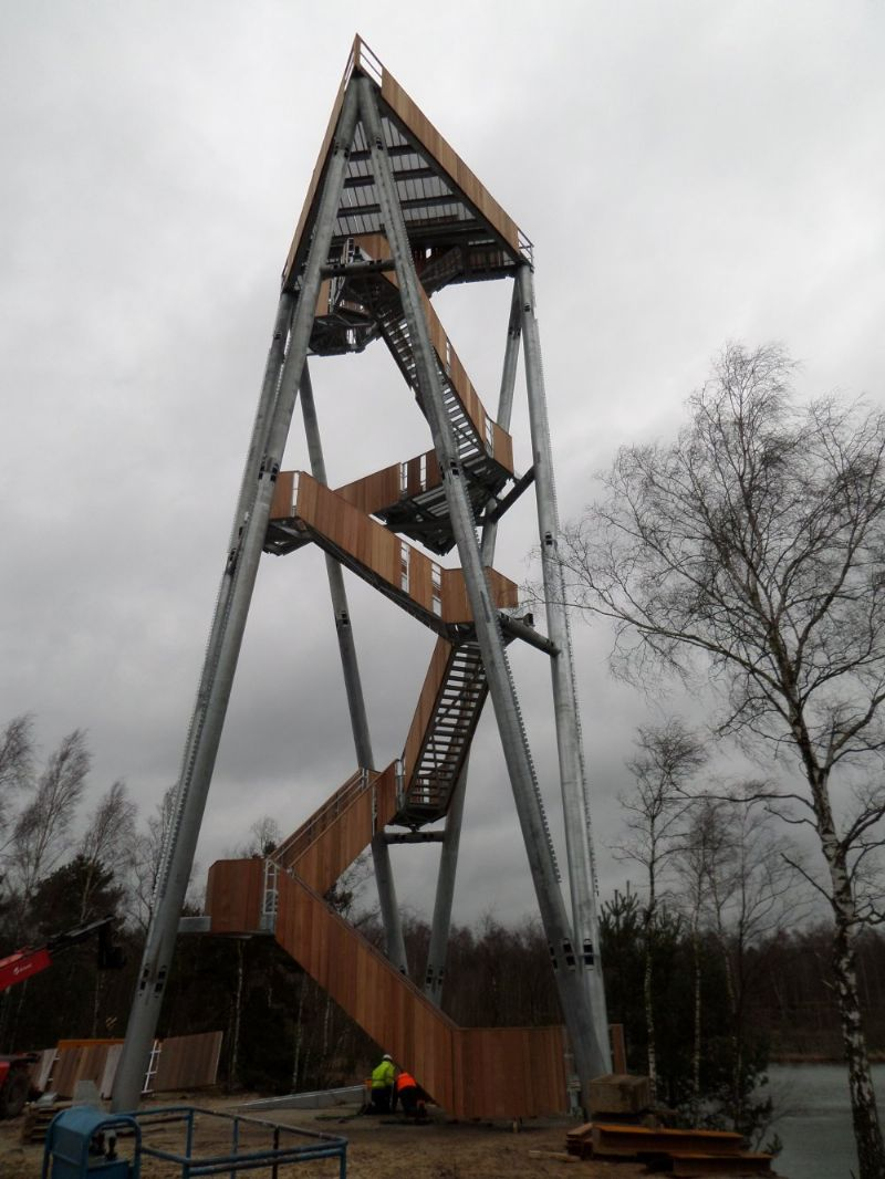 De 30 meter hoge uitkijktoren die in Lommel gebouwd wordt beschikt over drie platformen die je een wijde blik op de omgeving bieden.