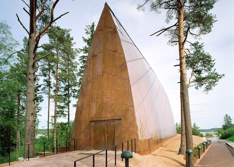 Aan de buitenzijde is de kapel bedekt met koperstrips die subtiele diagonale strepen creëren in de gebogen wanden.