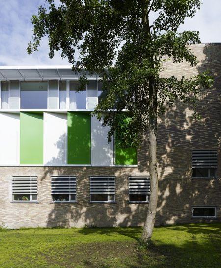 Nieuwbouw Wijkgezondheidscentrum De Brugse Poort: een gebouw in een park