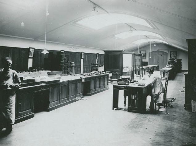 De studiezaal etnografie in 1914. Deze bevond zich op de zolder van het museum. De collectie werd bewaard in eindeloze rijen muurkasten, waardoor er een grondplan nodig was om de weg te vinden.