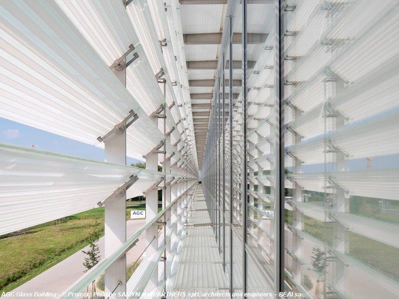 Samen met Daidalos Peutz en de R&D-afdeling van AGC ontwikkelden Philippe Samyn en zijn team voor het AGC-gebouw een speciaal glastype met glazen lamellen, die zowel horizontaal als verticaal op de gevels geplaatst zijn.