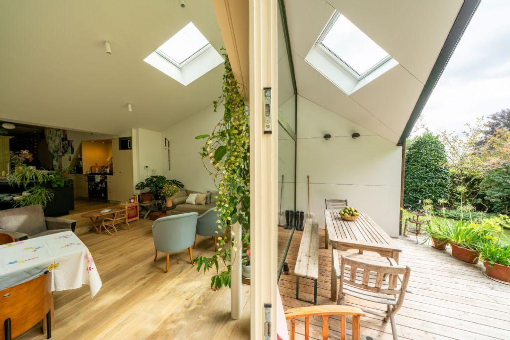 Eigentijdse woning baadt in natuurlijk licht dankzij VELUX-dakvensters