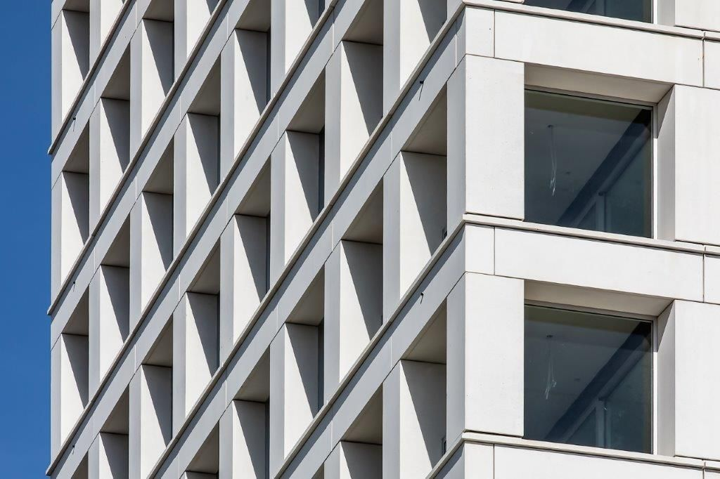 De gevels van de Turnova-toren zijn opgevat als een sandwichsysteem: een dragende kern in constructief beton met daarrond isolatie en een U-vormige buitenschil. Structuur en esthetiek in één! (Beeld: Stefaan Van der Veken)