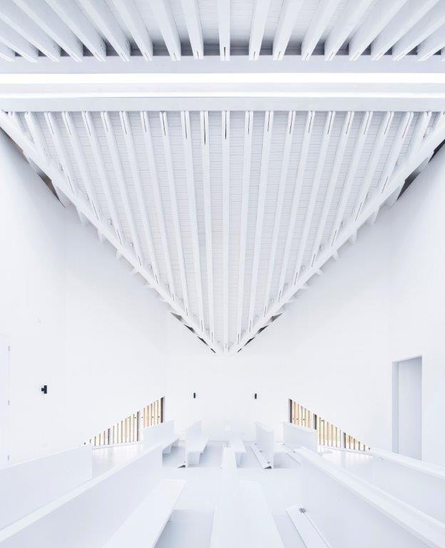 De ceremoniële ruimte wordt overkoepeld door spierwitte, wigvormige houtstructuren die de bezoekers onderdompelen in een transcendentale sfeer. (Foto: Yao Li)