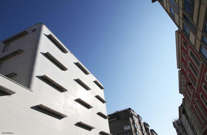 De betonnen legborden of planken aan de gevel verwijzen naar de functie van het Rijksarchief
