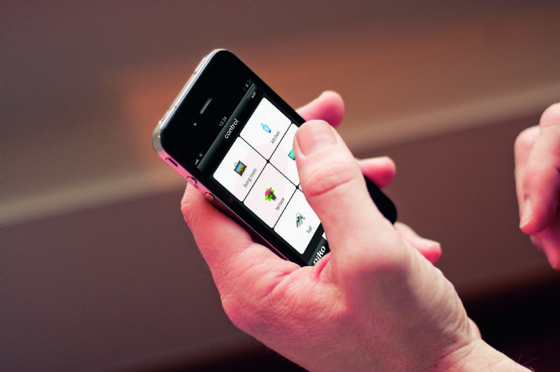 Het bedienen van Niko Home Control via een smartphone.