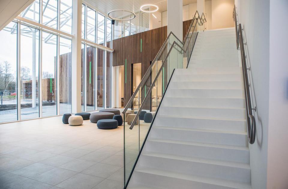De dubbele leuningen van de trap in de inkomhal zijn een uitstekend voorbeeld van universal design.