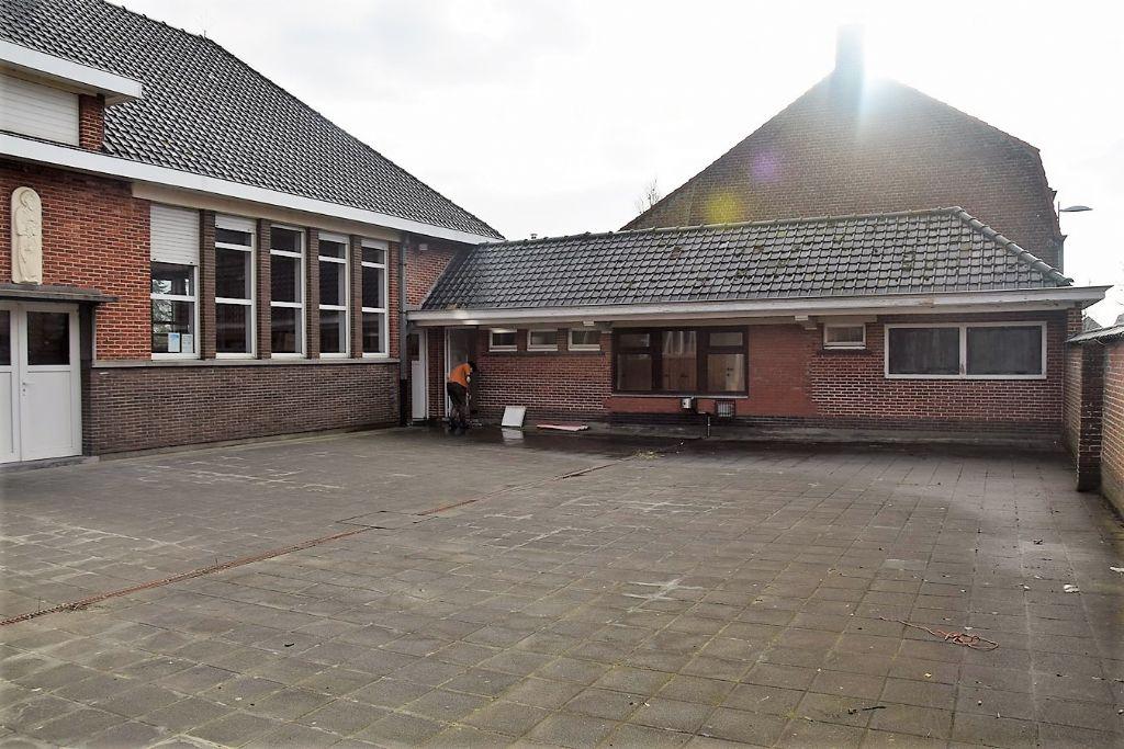 Het schoolgebouw voor de transformatie