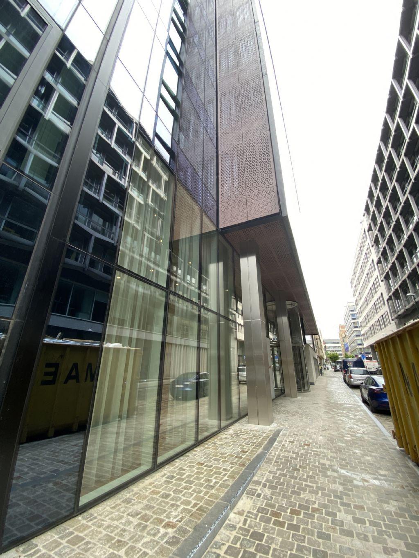 A l'avant, la façade en porte-à-faux est munie de zinc perforé.