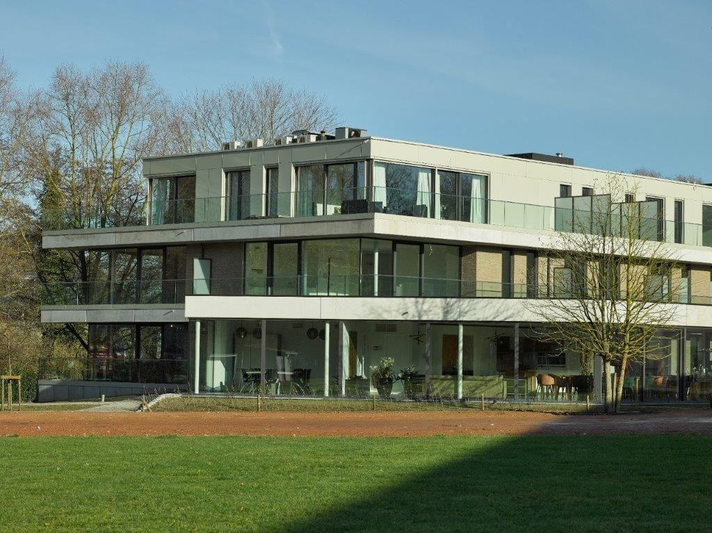 Het terugspringende topvolume, de vorm van het gebouw en de inplanting op het perceel zorgen ervoor dat Residentie Keyseryk zich mooi integreert in de omgeving. (Beeld: Mertens-architecten)
