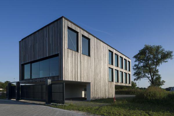 Het gebouw is het eerste in een rij van 7 à 8 nieuwe gebouwen op het terrein