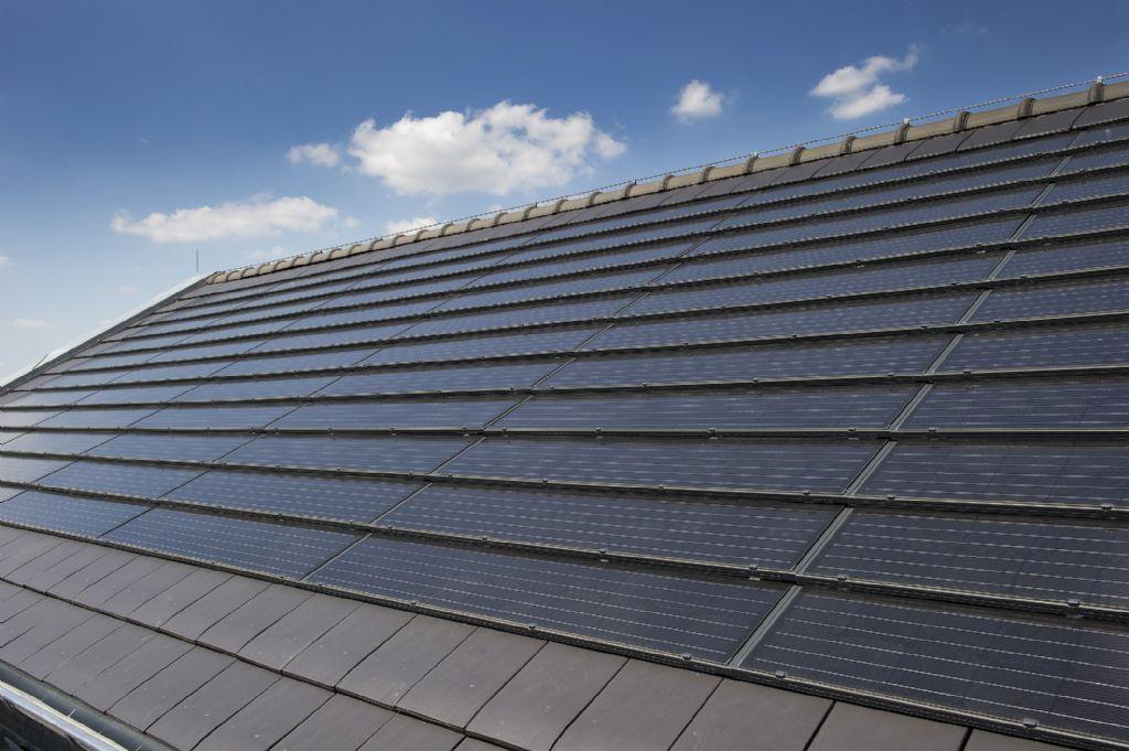 Monier lance les panneaux photovoltaïques intégrés aux tuiles