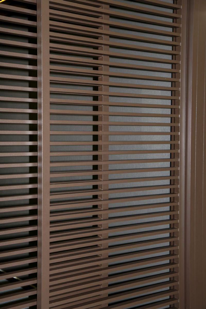 De aluminium lamellen van de Loggialu Plano staan horizontaal.