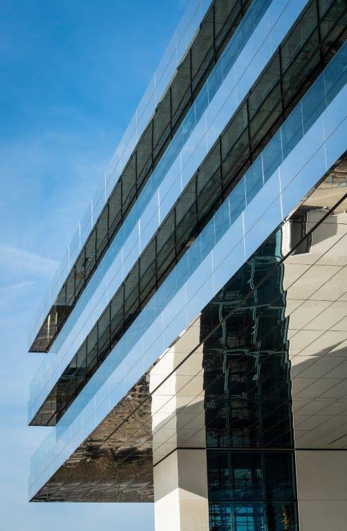 Dankzij de spiegelende gevelpanelen is het nieuwe hoofdkwartier ook een architecturaal hoogstandje. (Foto: Limeparts-Drooghmans)