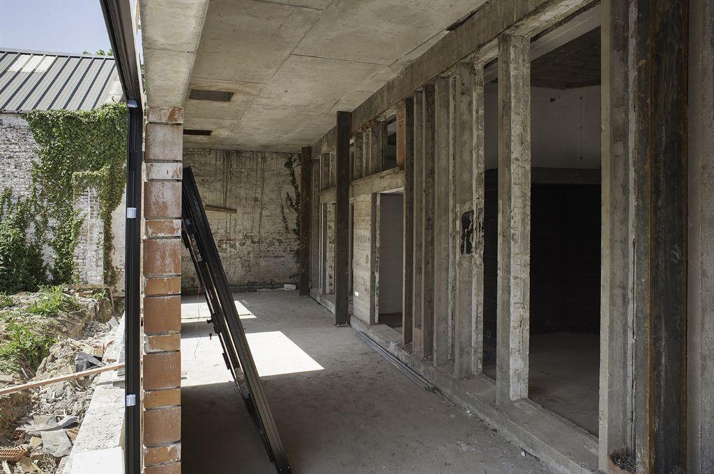 «Het idee was de hoeveelheid nieuwe materialen op de werf te beperken. Betonnen vloeren, tegels, 1500 m² parket konden worden gerecupereerd.» Julien Willem (Gillion Construct)