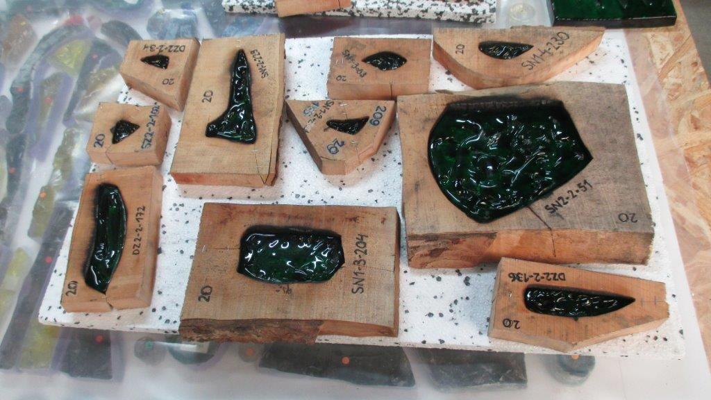 De glaselementen die te zeer aangetast waren – goed drieduizend stuks – worden aan de hand van individueel vervaardigde mallen in elzenhout nagemaakt door een glasblazerij in Duitsland.