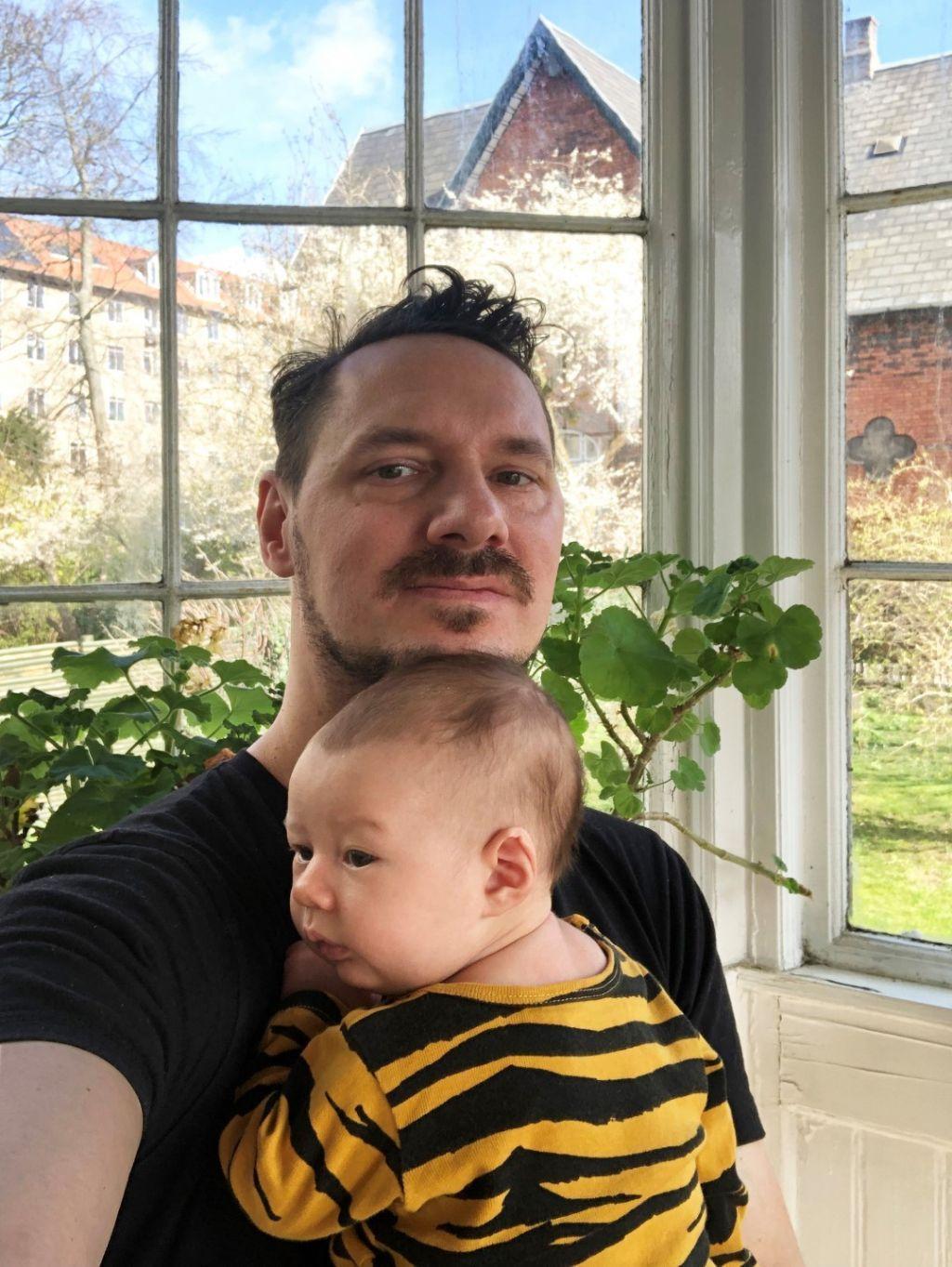 Julien De Smedt in zijn woning in Kopenhagen met zijn zoon pasgeboren zoon Mika.