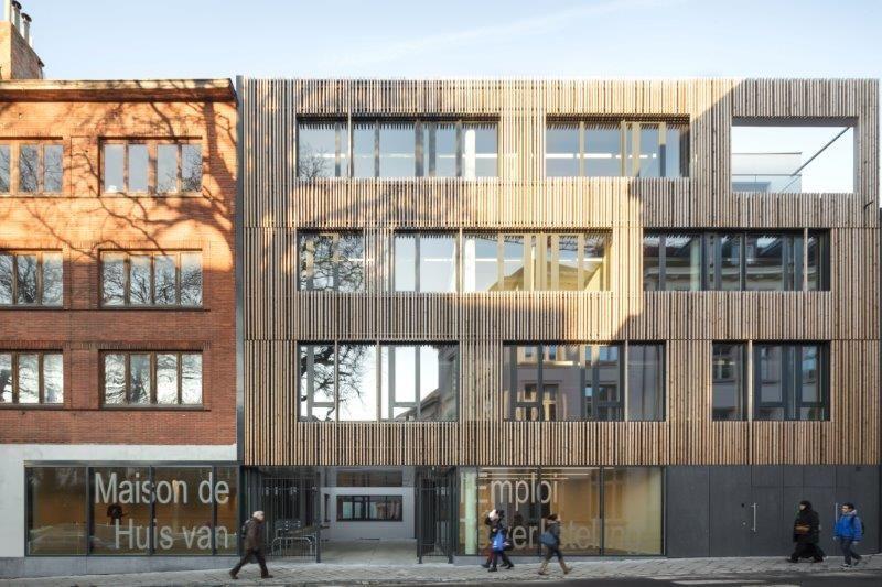 De voorgevel is integraal bekleed met massieve houten balken die een zekere verticaliteit oproepen. (Foto: Stijn Bollaert)