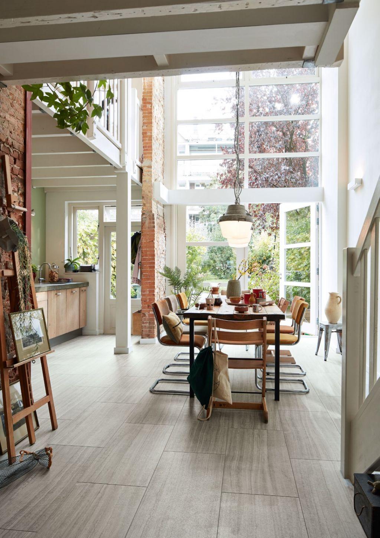 Naast authentieke houtdessins staan ook trendy decors met steenimitaties in tegelformaat centraal.