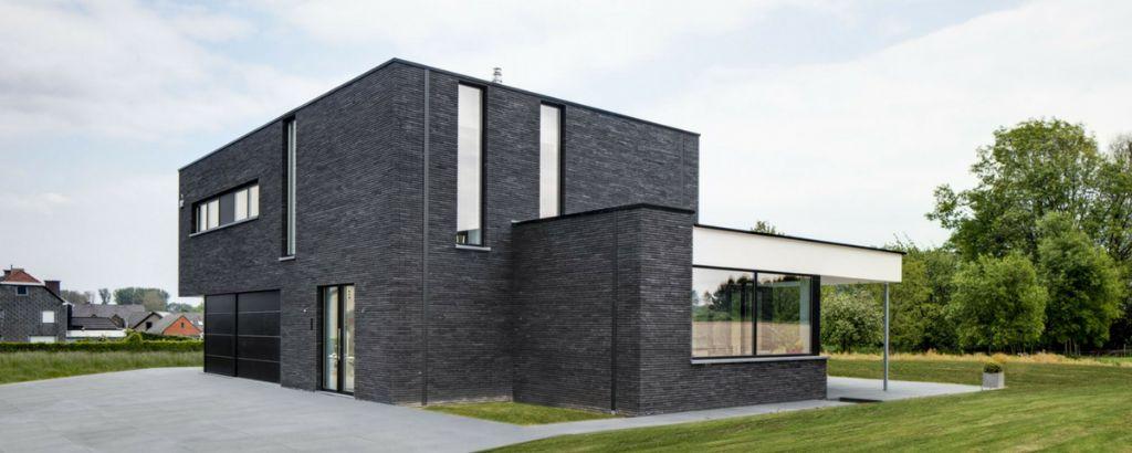 Un revêtement de toiture Aquatop couronne un bureau contemporain