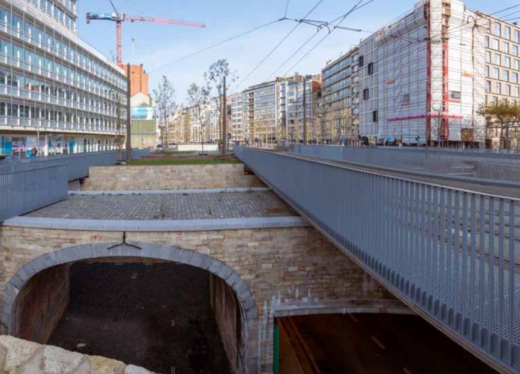 Om de Noorderlijn te kunnen realiseren, moest er een gelijkvloerse trambrug over de archeologische Kipdorpsite gebouwd worden.