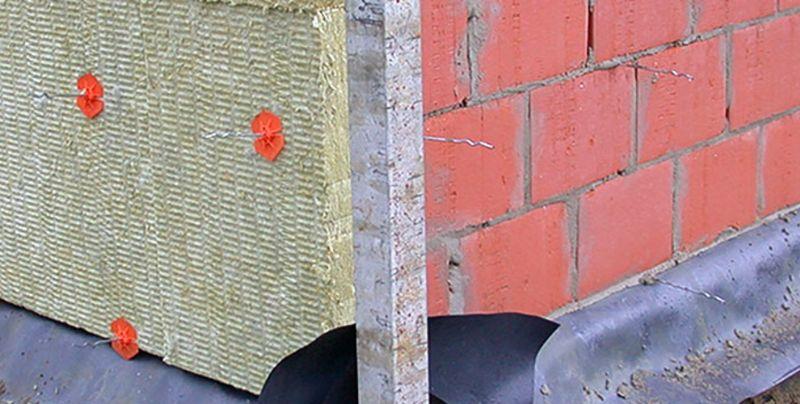 Spouwhaken die in de mortellaag van de dragende wand ingewerkt zijn.