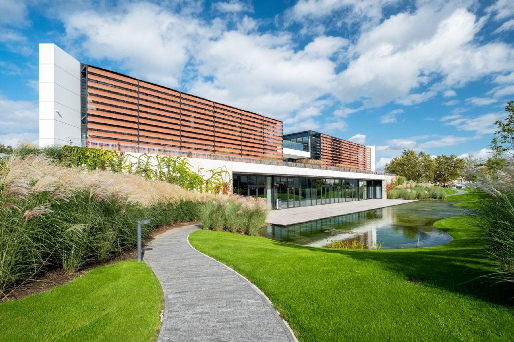 Intelligente buitenzonwering voor energiezuinig kantoorgebouw DCM