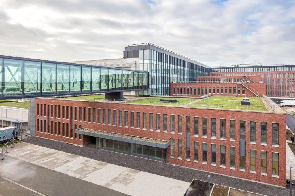 Het nieuwe AZ Delta telt in totaal zeven bouwlagen, 813 bedden (705 'gewone' bedden en 108 bedden in het dagziekenhuis) en zeventien gelijkvloerse operatiezalen.