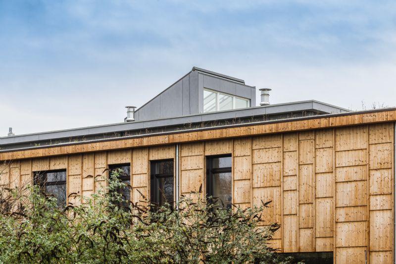 Aangezien het dak boven het centrale gedeelte hoger opgetrokken is en extra ramen bevat, baadt ook de patio in het natuurlijke licht. (Foto: Marc Sourbron)
