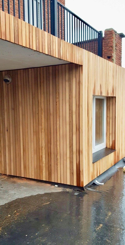 De cederhouten gevelbekleding van het huis waar de internationale basketters van Hubo Limburg United verblijven, die gerecupereerd werd van een bestaande private woning.