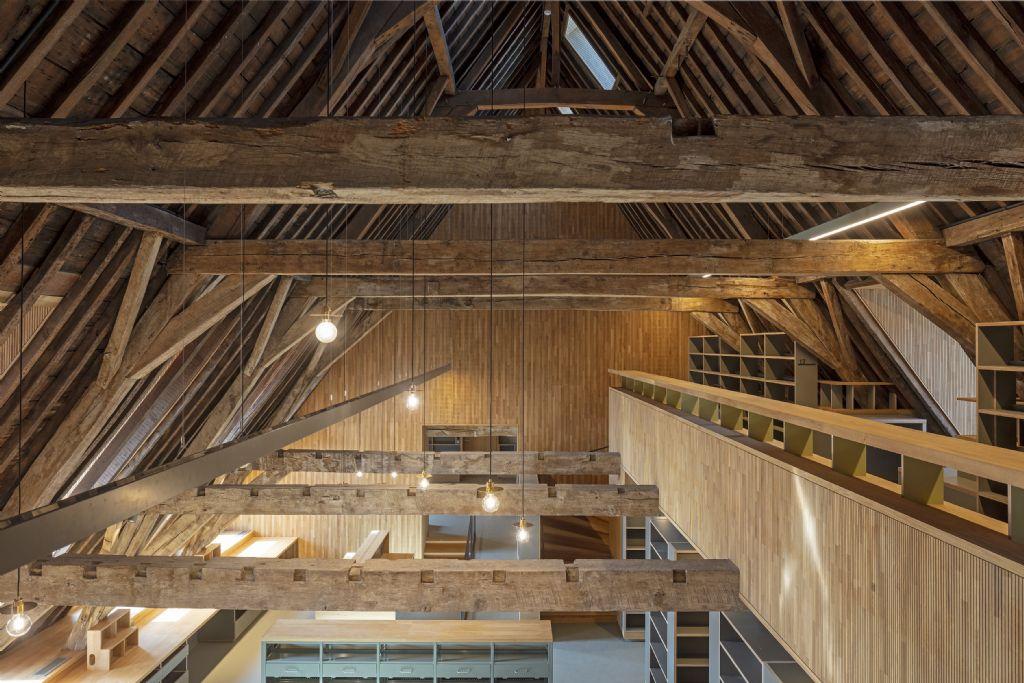 Op de zolder, waar het grootste gedeelte van de boeken komt te staan, bleef de imposante dakconstructie met houten balken behouden.