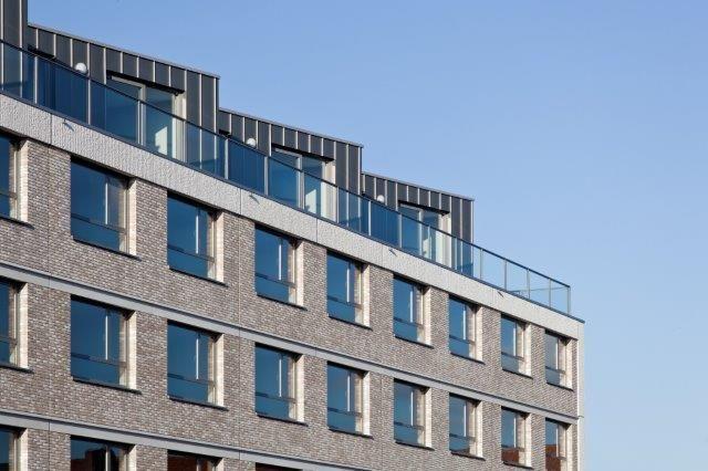 Het streekgebonden gebruik van warm ogende, zandkleurige steen vormde voor de architecten een belangrijke inspiratiebron bij het ontwerpen van de constructie.