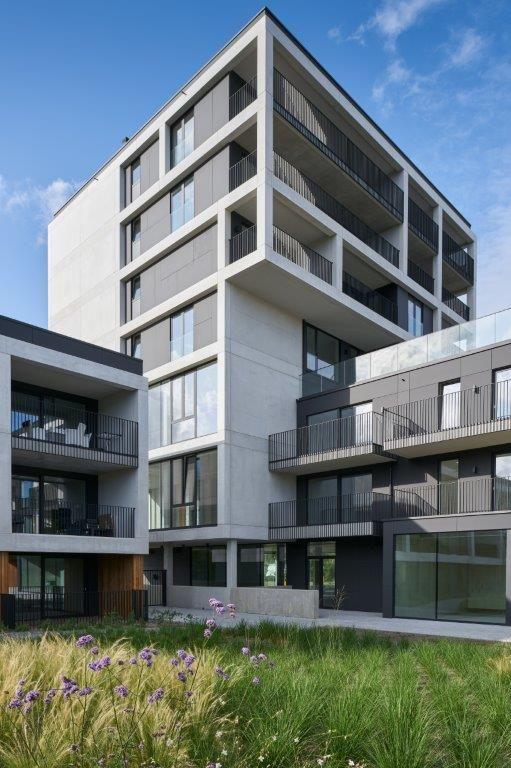 De geprefabriceerde buitengevel is per niveau integraal aan de betonnen draagstructuur opgehangen en steunt niet af op een aparte fundering. (Beeld: Patrick Van Gelder – MAMU architects)