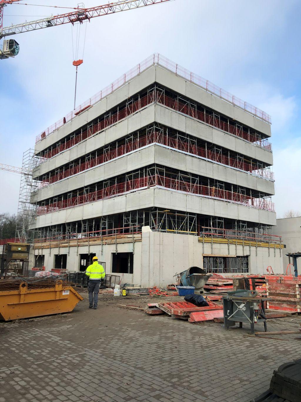 """""""Waar een kantoorunit meestal naast een werk- en stapelloods wordt gebouwd, zijn we er bij het nieuwe gebouw voor Wyckaert Bouwonderneming in Gent in geslaagd die units in één geheel te ontwerpen."""""""