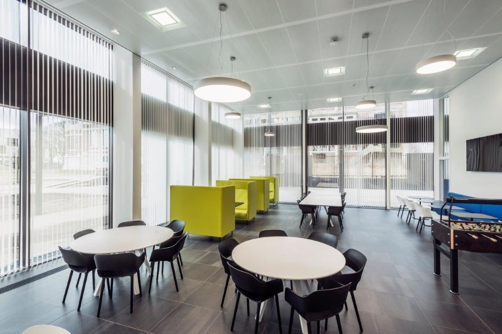 De stijlvolle interieurafwerking sluit aan bij de ingetogen aanblik van het EnergyVille 2-complex. (Beeld: Houben)