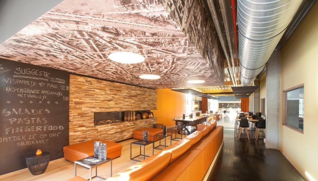In de knap ingerichte V-bar kan iedereen terecht voor een hapje en een drankje. (Beeld: Philippe Van Gelooven)