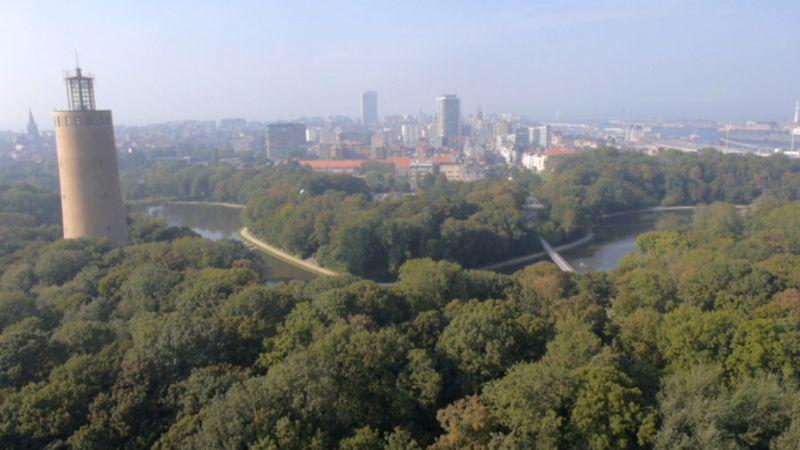 """""""Oostende heeft én de zee én het zand én het wellicht mooiste stadspark van Vlaanderen én vooral een verborgen groene gordel rond en aan de rand van de stad, die zelfs voor een halve Oostende-kenner een verrassing moet zijn."""""""