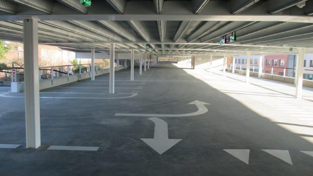 Anders dan heel wat andere parkeergarages, die vaak volledig worden opgebouwd uit (prefab)beton, bestaat het energieneutrale parkeercomplex van imec en KU Leuven uit een staalstructuur.