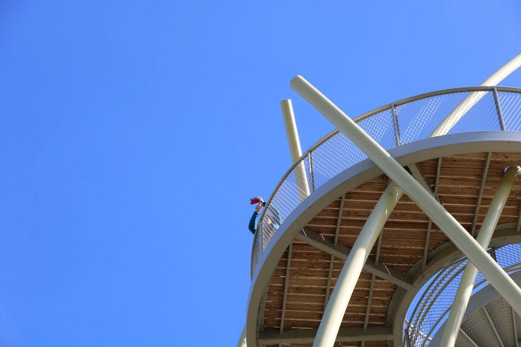 Een houten knuppelpad en brugstructuur beperkt de impact op het herstelde duinlandschap.