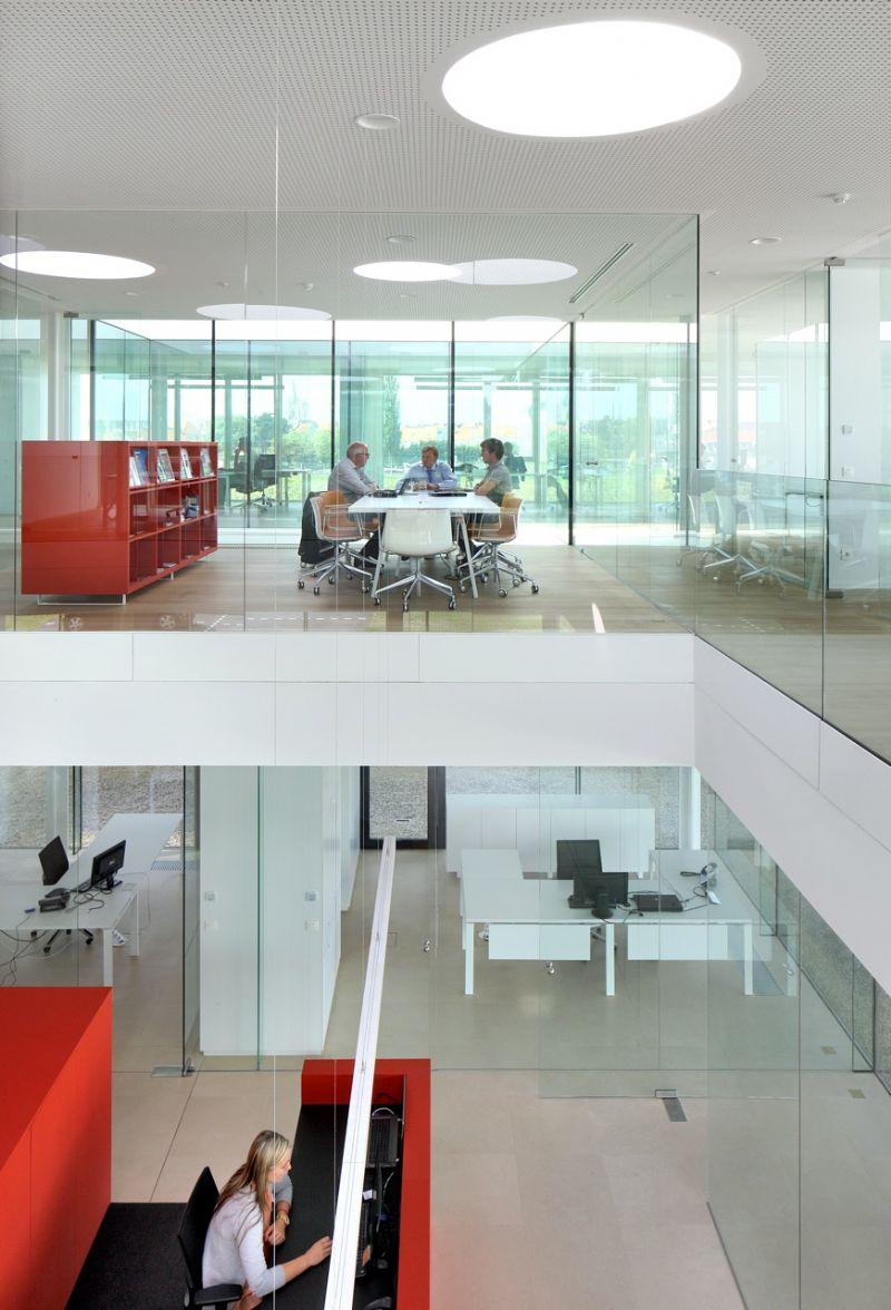De interactie tussen de verschillende niveaus en programmaonderdelen bevordert het contact tussen de werknemers.