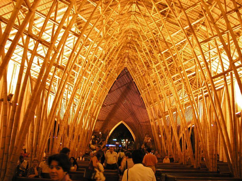 """""""Simon Velez bouwt huizen, maar ook monumenten waaronder kathedralen, in bamboe."""""""