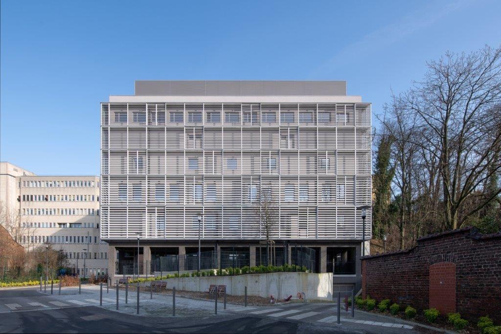 Medisch-technisch gebouw met fijnzinnige kleuraccenten (ASSAR ARCHITECTS)