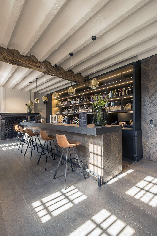De whiskybar in de oude rentmeesterij heeft een donkerder, beslotener karakter dan de bar in het transparante paviljoen. (Foto: Marc Sourbron)