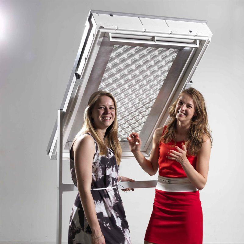 Iris van den Brink en Anneloes de Koff met hun ontwerp 'The Swipe'.