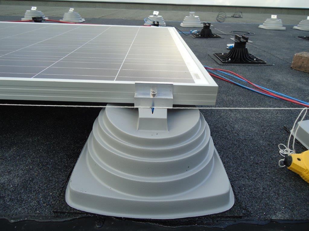 Sommige fabrikanten van bitumen dakbanen leveren speciale bevestigingsvoeten voor het monteren van zonnepanelen, die geen doorboring van de bitumen waterdichting vereisen.