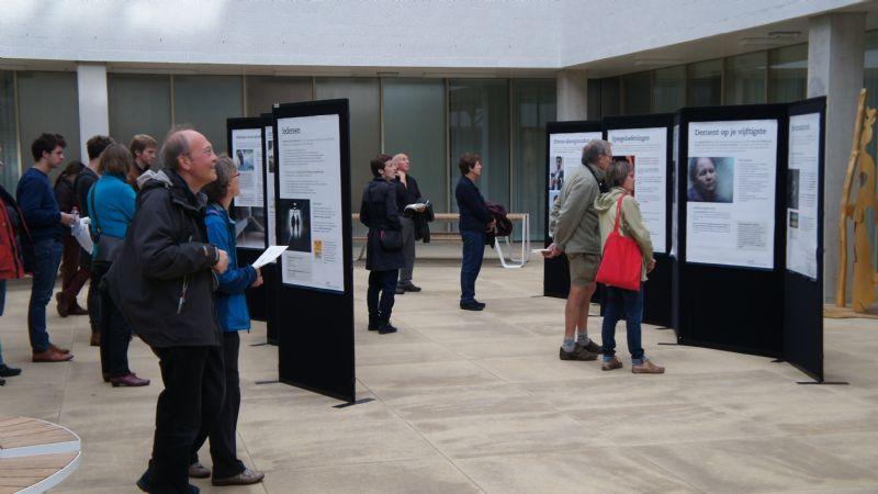 De tentoonstelling voor de bezoekers in de patio van het Universitair Psychiatrisch Centrum KU Leuven