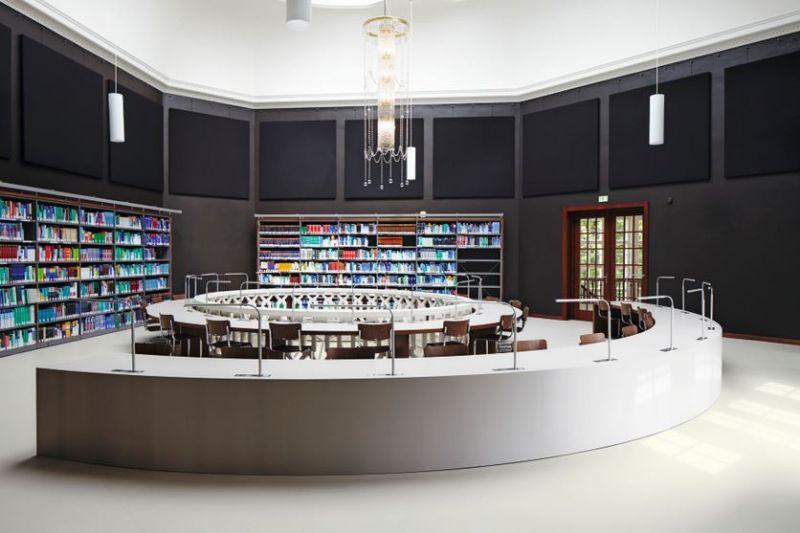 De leeszaal biedt plaats voor onder andere studenten.